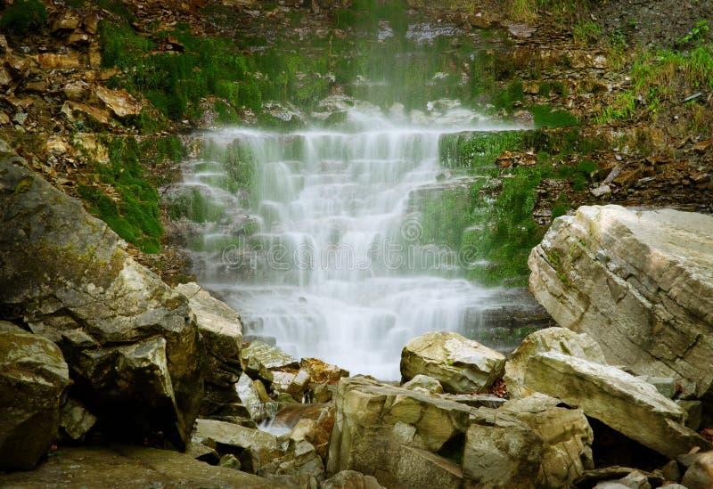 Download Kaskad av vattenfall arkivfoto. Bild av rock, green, clean - 27280154