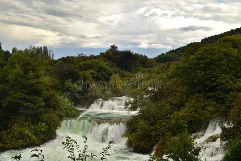 Kaskad av vattenfall Skradinski Buk i nationalparken Krka i Kroatien arkivfoto