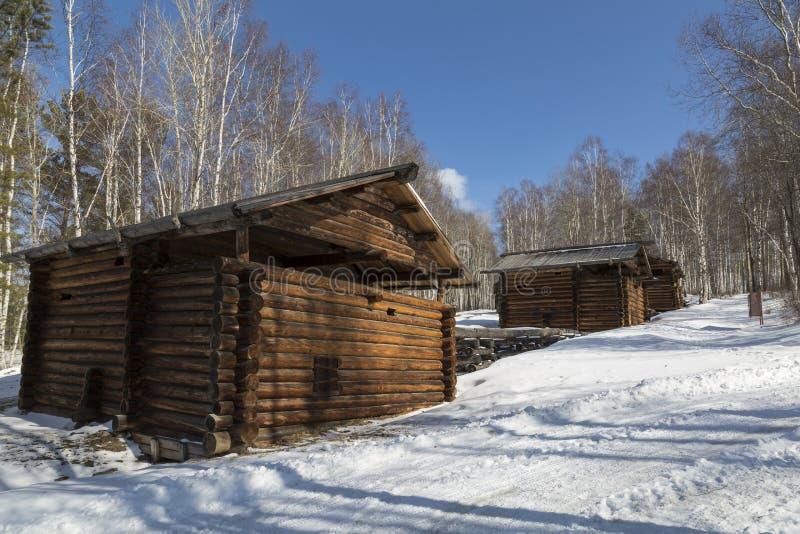 Kaskaden av forntida vatten tre maler i Irkutsk det arkitektoniska och ethnographic museet ?Taltsy ?, den Irkutsk regionen royaltyfria bilder