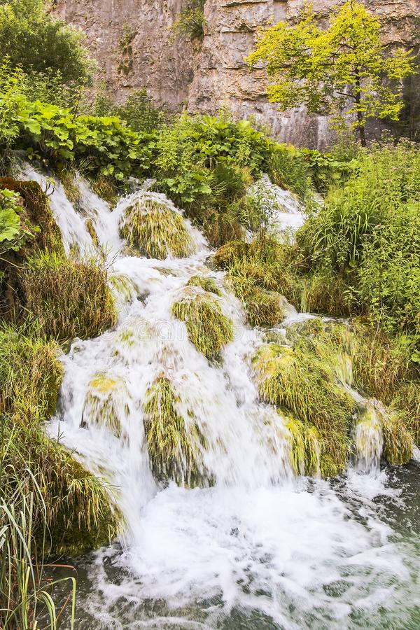 Kaskaden des Wasserfließens stockfotografie