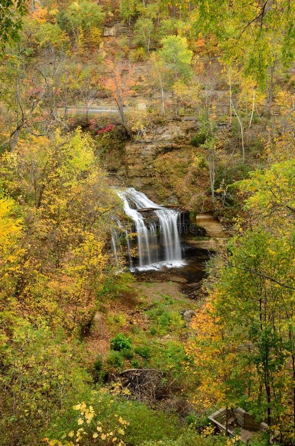 Kaskaden in Herbst lizenzfreie stockbilder