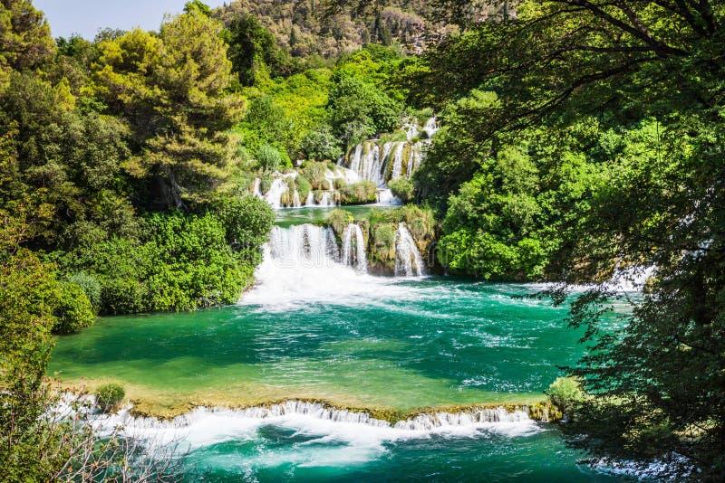 Kaskadenwasserfälle in den Waldflüssen in den Türkissee Krka, Nationalpark, Dalmatien, Kroatien stockbilder