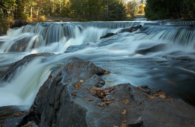 Kaskadierenwasserfälle im frühen Herbst lizenzfreie stockfotos