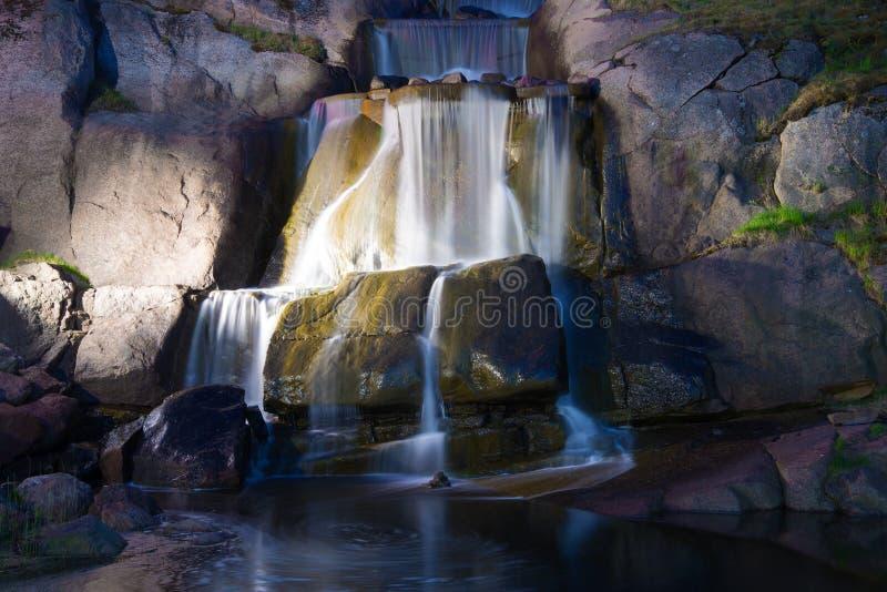 Kaskadiert Wasserfall im Sapokka-Wassergarten die Juni-Nacht Kotka, Finnland lizenzfreie stockfotografie