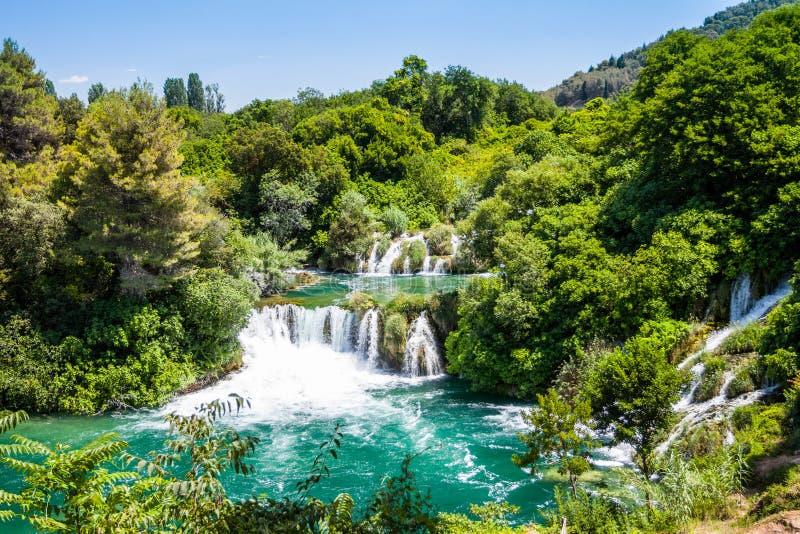 Kaskadvattenfall i skogen Krka, nationalpark, Dalmatia, Kroatien fotografering för bildbyråer