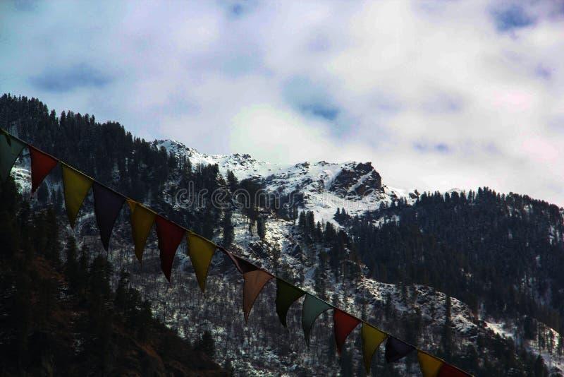 Kasol sikt av Manali berg royaltyfri foto
