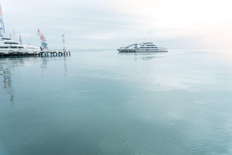 Kaspische Overzees en schepen Baku, Azerbeidzjan - December 2, 2018 royalty-vrije stock foto's