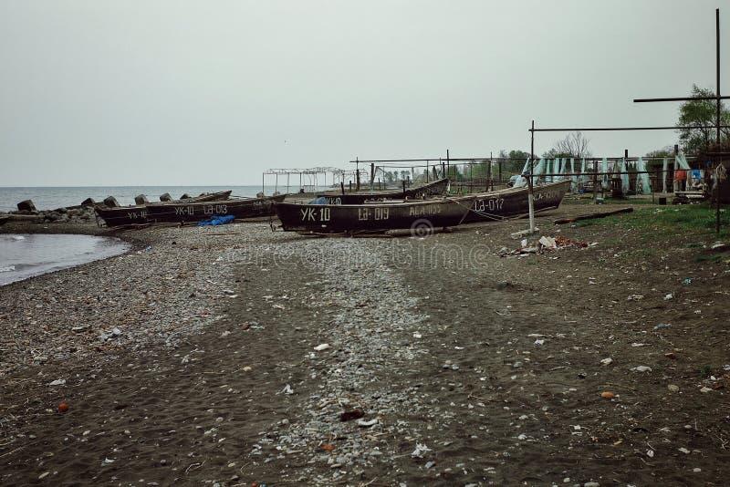 Kaspische overzeese kust met vissersboten die wachten uit te varen stock afbeelding