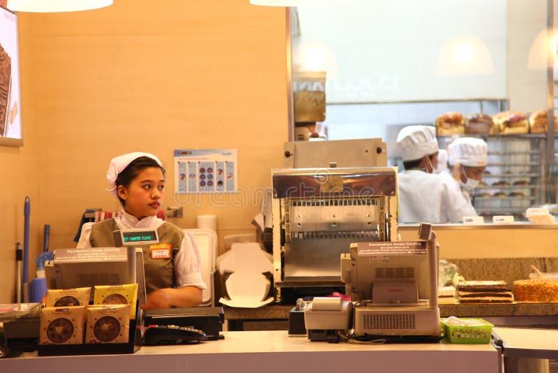 Kassörska på det BreadTalk bagerit royaltyfri foto