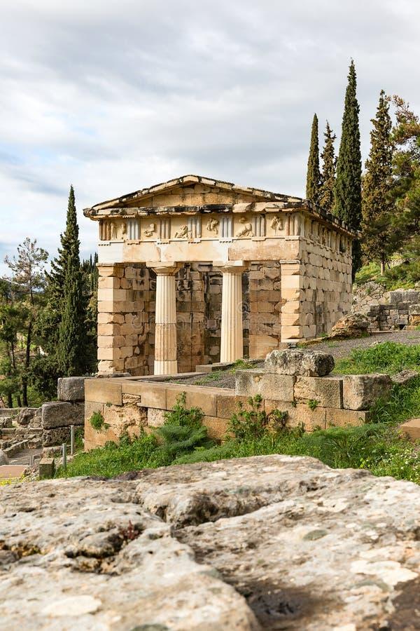 Kassa av atheniansna i den forntida staden av Delphi, Grekland, royaltyfria bilder