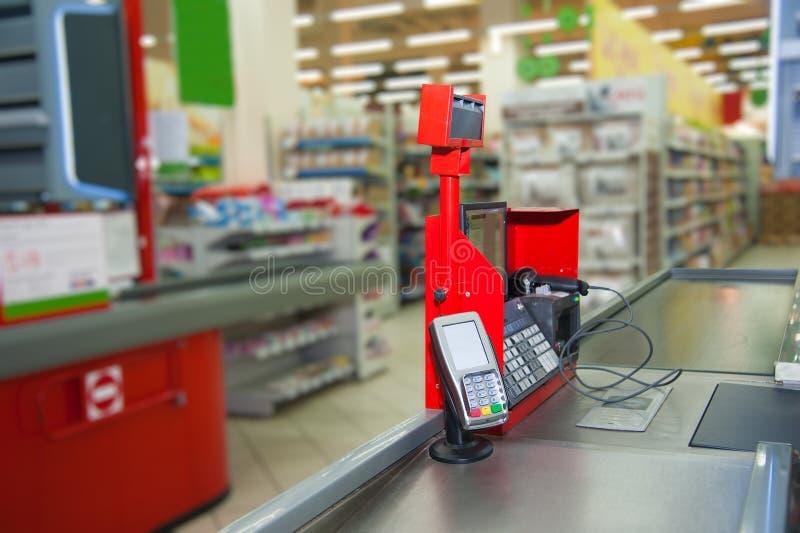 Kassa med betalningterminalen i supermarket arkivfoton
