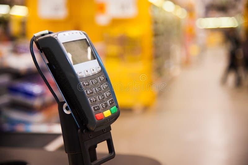 Kassa med betalningterminalen i supermarket royaltyfria foton