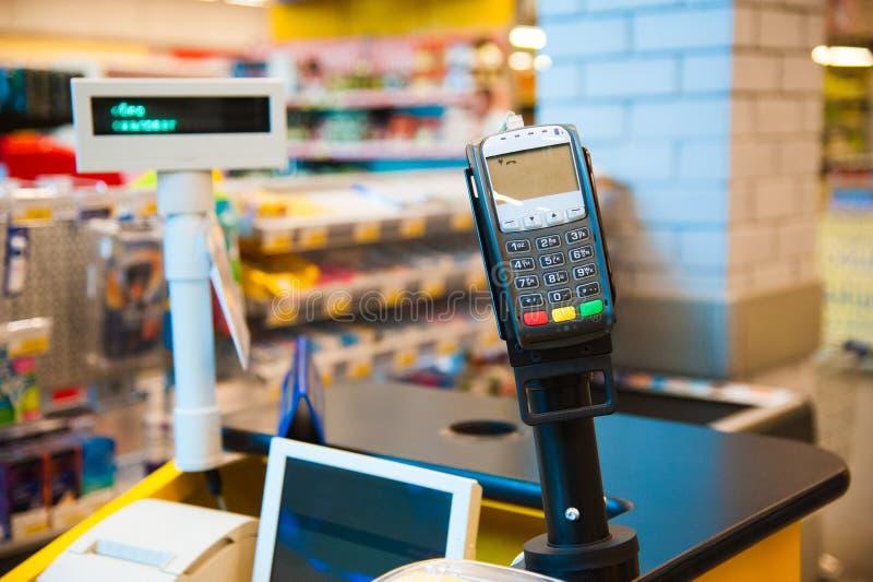 Kassa med betalningterminalen i supermarket arkivbilder