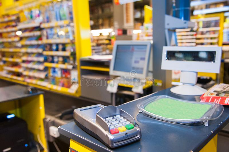Kassa med betalningterminalen i supermarket fotografering för bildbyråer