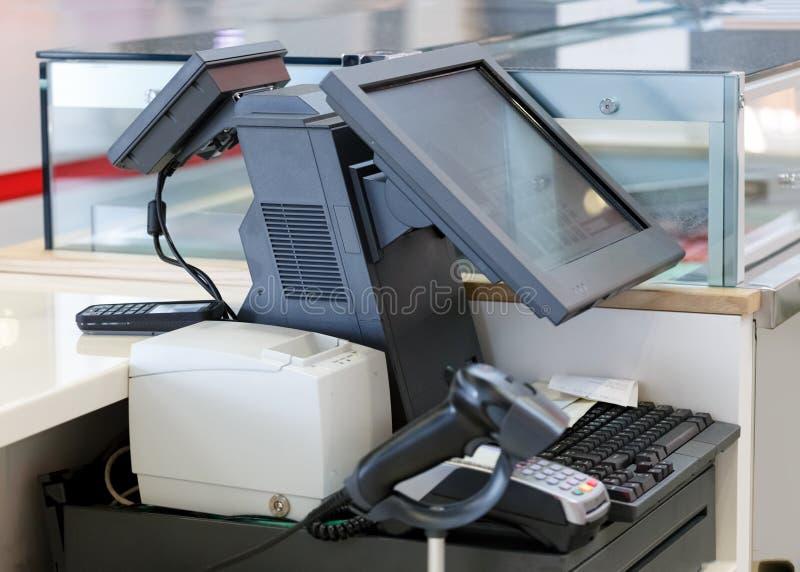 Kassa med den datorskärmen och kreditkorten royaltyfri fotografi