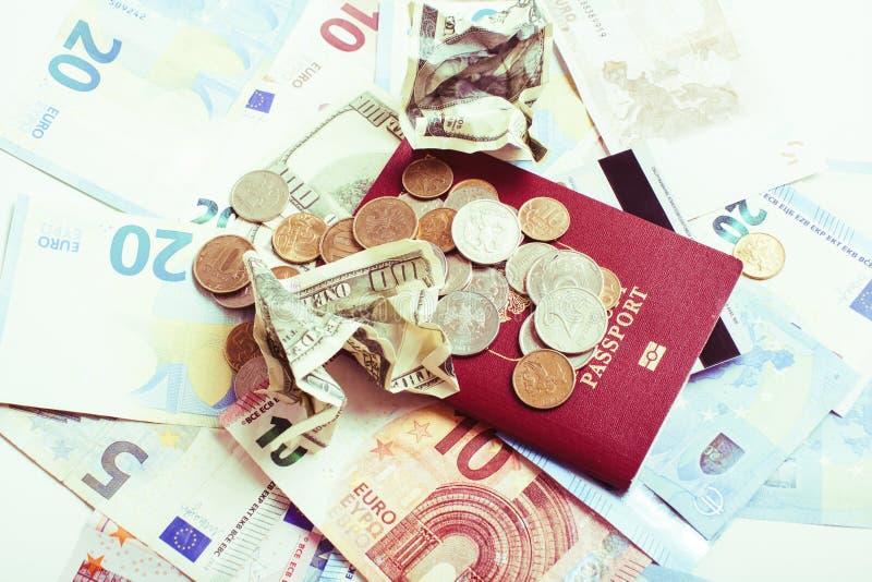 Kassa på den isolerade tabellen: dollar euro, brutna pengar för rubl Alla in arkivbilder