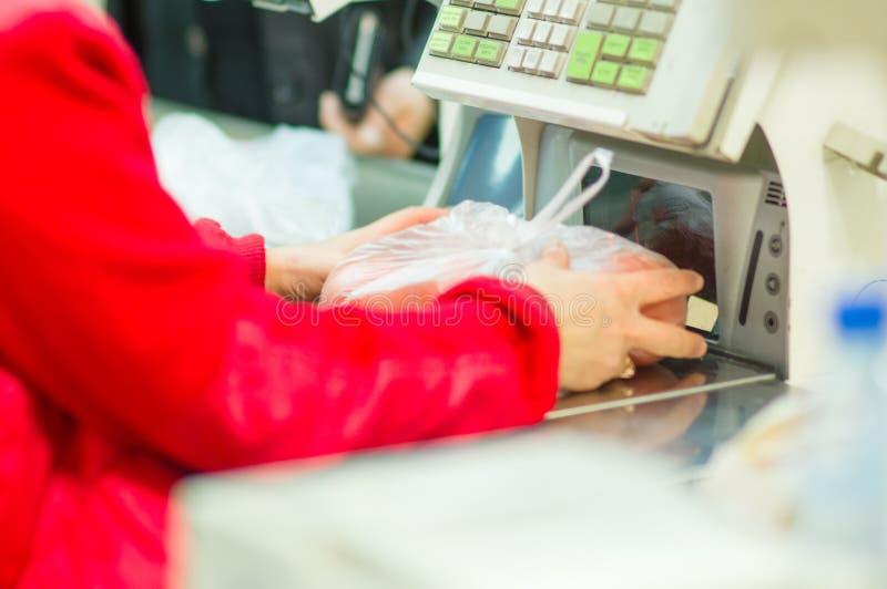 Kassa-skrivbordet med kassörskan och terminalen shoppar in royaltyfri bild