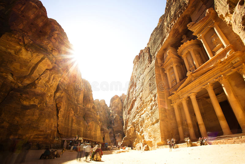 Kassan (Al Khazneh) av Petra Ancient City med den guld- solen royaltyfri fotografi