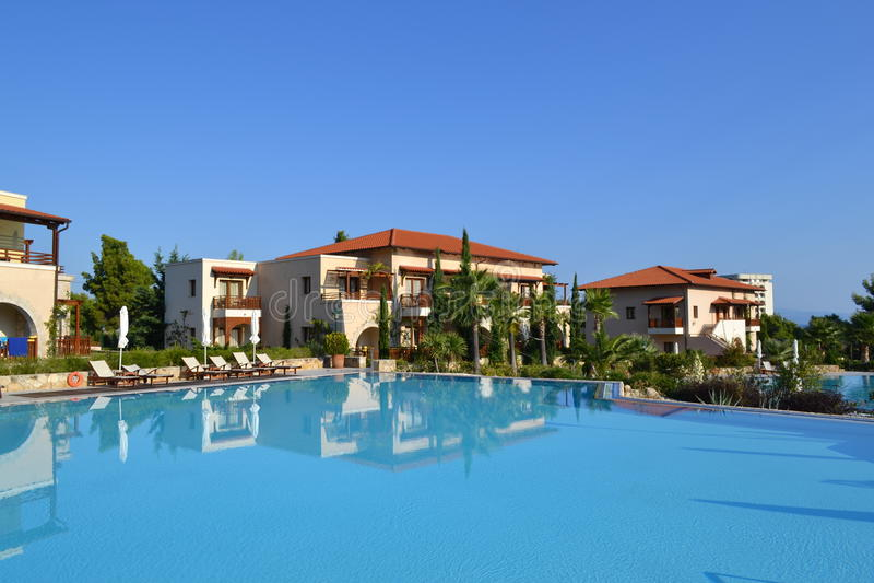 Kassandra, Halkidiki, Ελλάδας - 20 Σεπτεμβρίου, 2013: Μπλε πισίνα στο ελληνικό ξενοδοχείο αιγαίο Melathron Thalasso, Halkidiki πο στοκ φωτογραφίες