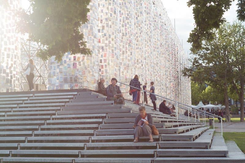 Kassel Documenta 14 sztuki wystawy miejsce wydarzenia w centrum miasta, ludzie blisko Parthenon książki obraz royalty free