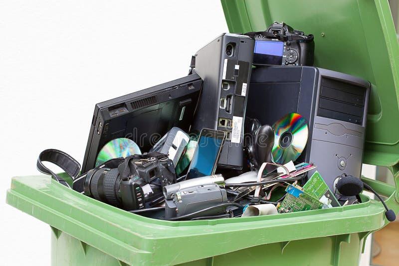 Kasserad, använd och gammal datormaskinvara. royaltyfri foto