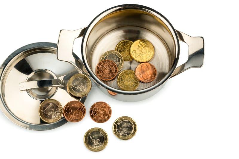 Kasserollen- und Euromünzen lizenzfreie stockfotos