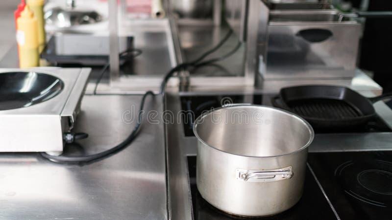 Kasserollenküchengerät-Fachmannrestaurant stockbild