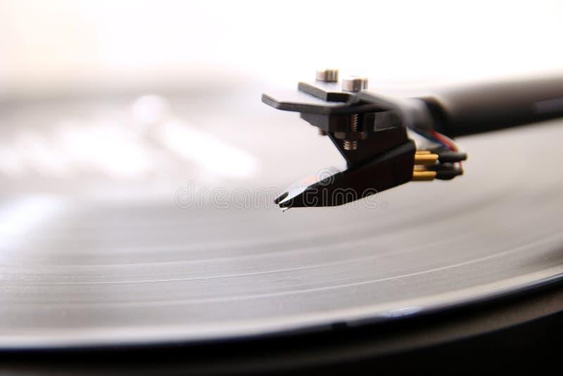 Kassett av en modern högkvalitativ skivtallrikskivspelare omkring som ska fälls ned på en analog musikLP för vinyl arkivfoton