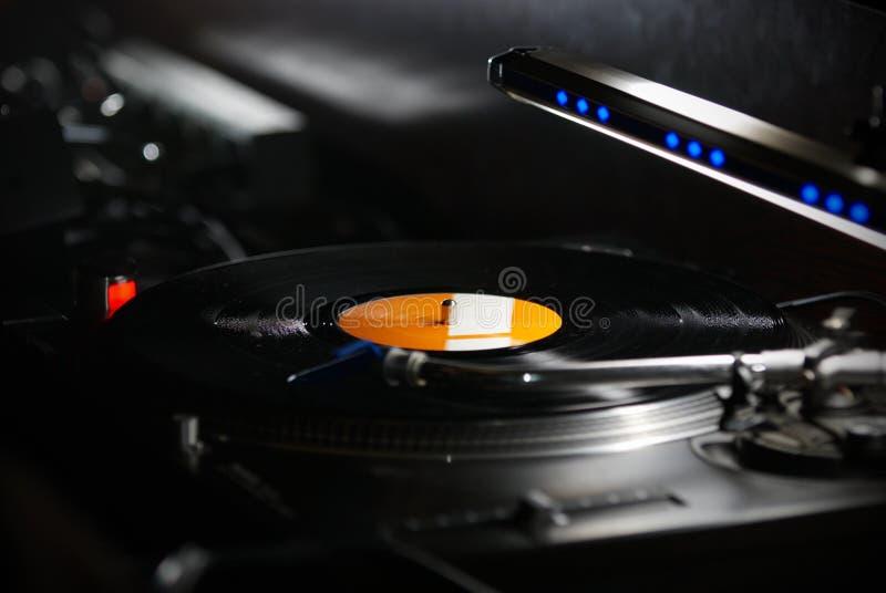Kassett för Dj-skivtallrikvisare på svart vinylrekord med musik Stäng sig upp, fokusen på skivtallrik och ljudsignaldiskettrekord arkivbild