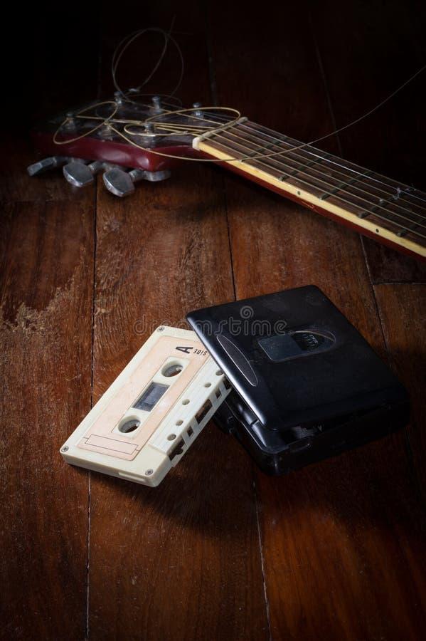 Kassette mit Audiospieler und Gitarre stockbilder