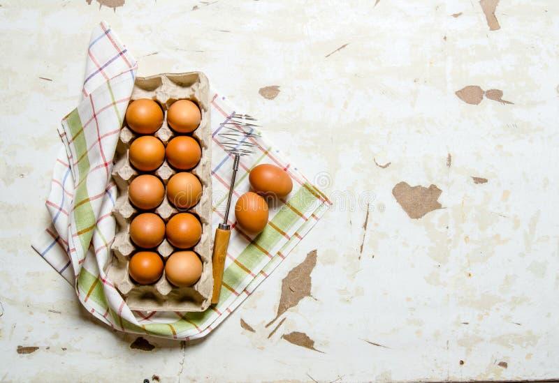 Kassetten med ägg på tyget royaltyfri fotografi