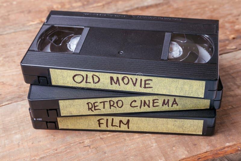 Kassetter VHS med gamla filmer på träbräden arkivfoton