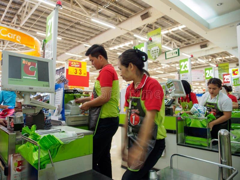 Kassierer arbeiten an checkout von gro?em C, Chiang Mai, Thailand lizenzfreies stockbild