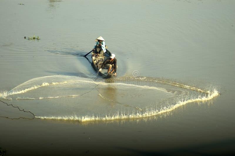 Kasta fisknät för att fånga fisken royaltyfria foton