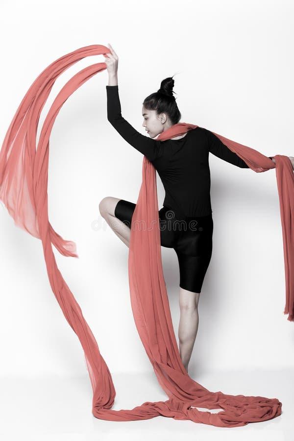 Kasta genomskinligt tyg för flöde i luftkvinnan arkivfoto
