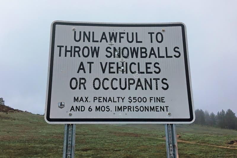 Kasta snöboll att kasta undertecknar i Cleveland National Forest, Kalifornien royaltyfria bilder