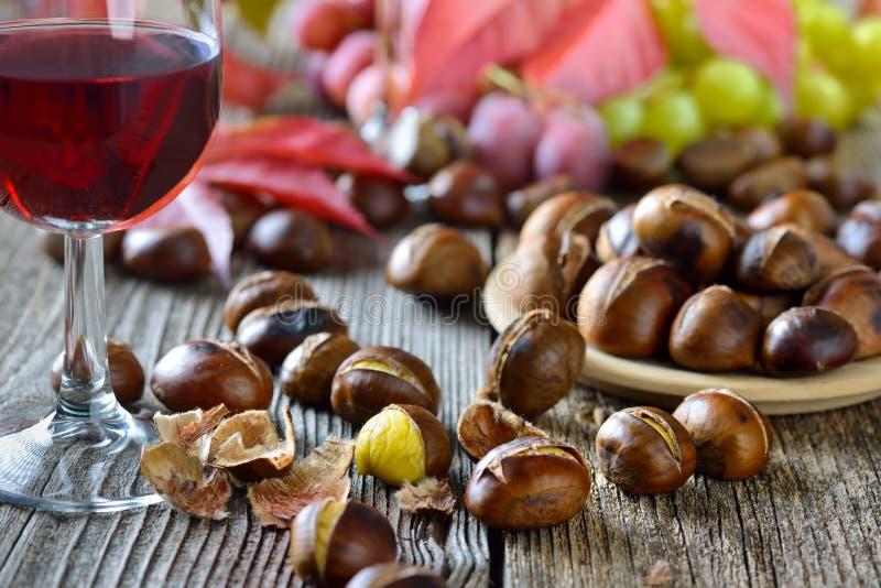 Kastanien und Wein stockbild