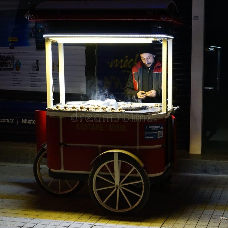 Kastanjebrun säljare på gatan av Istanbul, nattplats royaltyfri bild