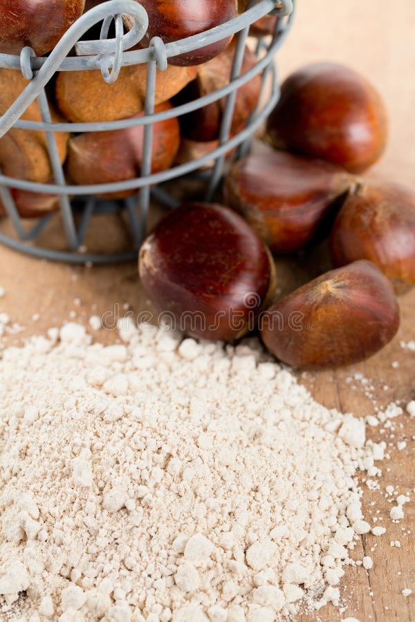 Kastanjebrunt mjöl på trätabellen arkivfoton