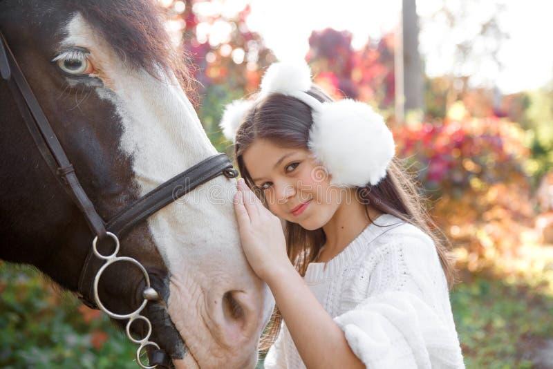 Kastanjepaard samen met haar favoriete eigenaar jonge tiener Gekleurd in openlucht horizontaal zomerbeeld royalty-vrije stock foto