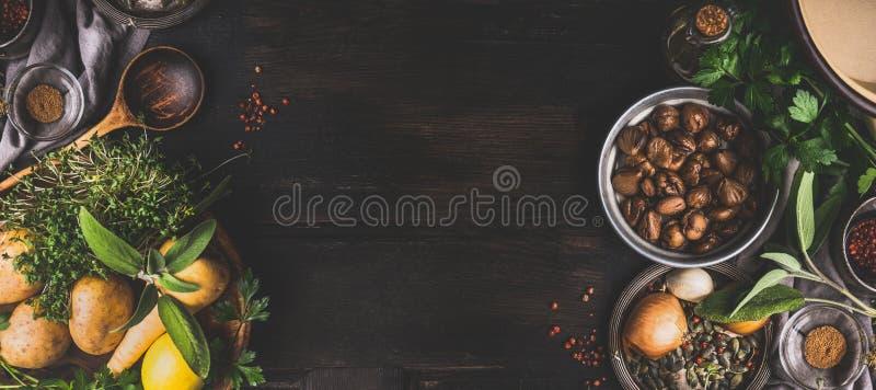 Kastanjes die ingrediënten op donkere rustieke achtergrond, hoogste mening, plaats voor tekst koken Seizoengebonden voedsel en he stock fotografie