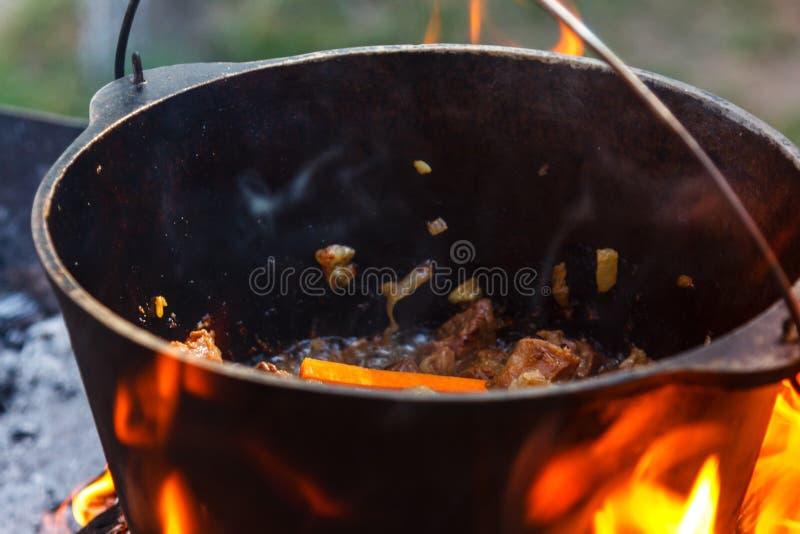 Kastare som lagar mat matbrasakitteln, värme arkivbilder