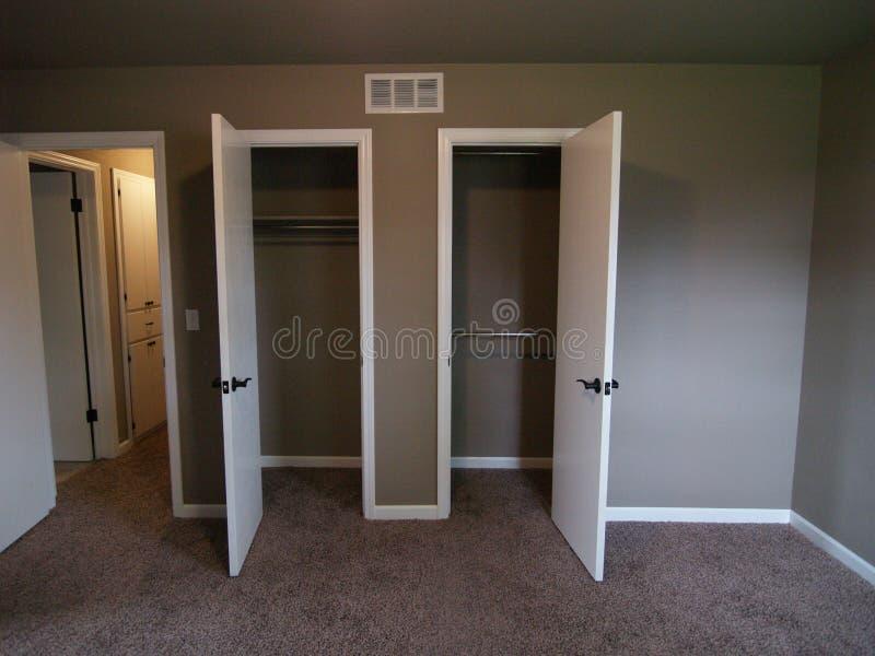 Kastdeuren in Slaapkamer van Leeg Huis royalty-vrije stock foto
