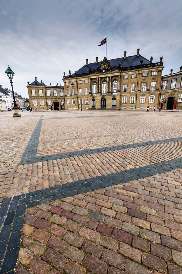 Kasteel Amalienborg met standbeeld van Frederick V in Kopenhagen, Denemarken Het kasteel is het de winterhuis van het Deense koni stock afbeelding