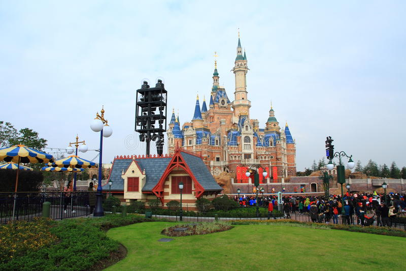Kasteel bij Disney-Wereld in Shanghai stock foto