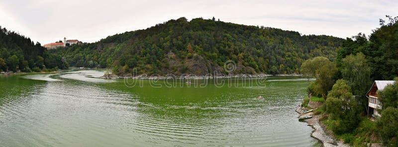 Kasteel Bitov en Vranov-Dam op de rivier Thaya, Zuid-Moravië, Tsjechische republiek royalty-vrije stock afbeeldingen