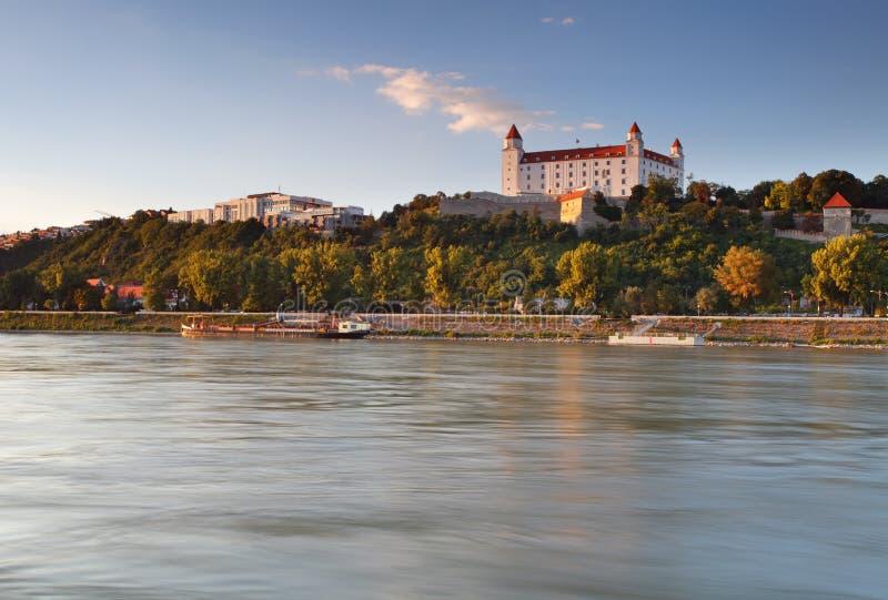 Kasteel in Bratislava en rivier Donau stock afbeeldingen