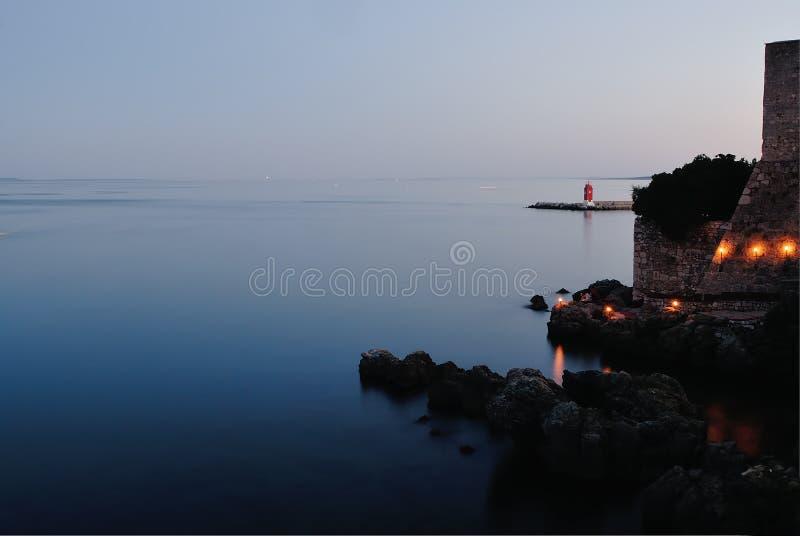 Kasteel in de oever van het meer stock afbeelding