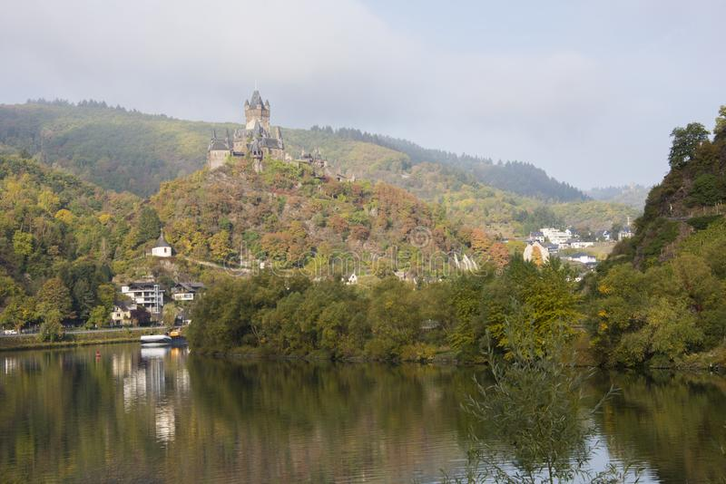 Kasteel de Rivier op van de heuveltop, Moezel, Cochem, Duitsland royalty-vrije stock afbeelding