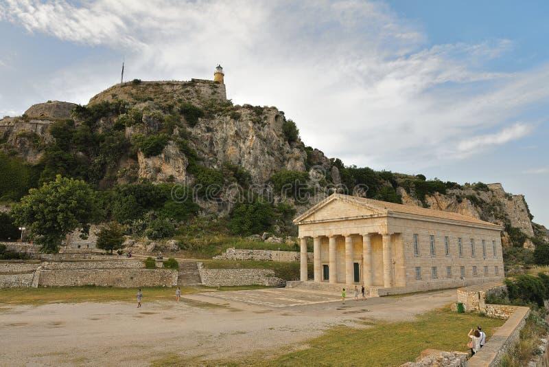 Kasteel dichtbij de Landpiek met de Vuurtoren en Heilige George Church van de Oude Vesting van Korfu, Kerkyra, het Eiland van Kor stock foto